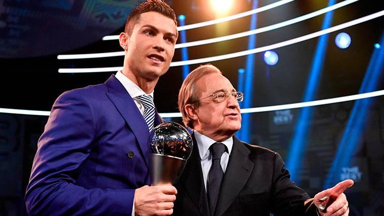Cristiano Ronaldo y Florentino Pérez en una entrega de premios