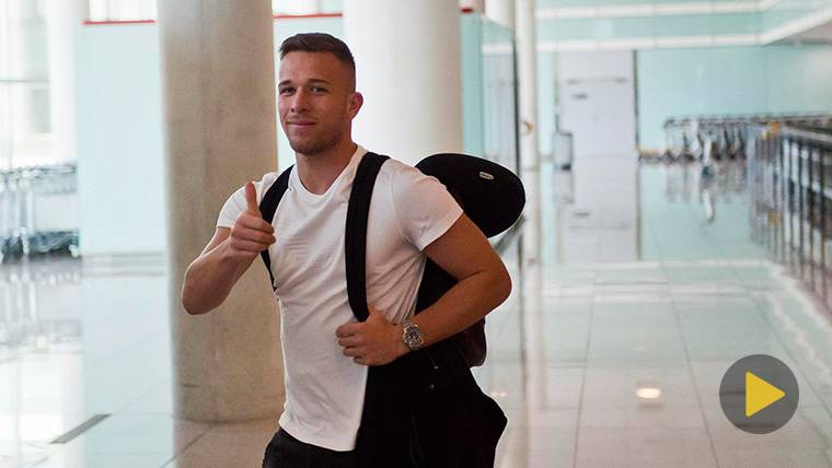Arthur Melo, saludando a la cámara tras aterrizar en Barcelona