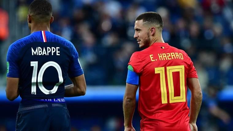 Eden Hazard, charlando con Mbappé durante el Bélgica-Francia