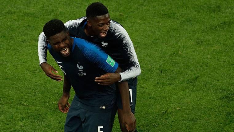 Samuel Umtiti y Ousmane Dembélé celebran una victoria de Francia