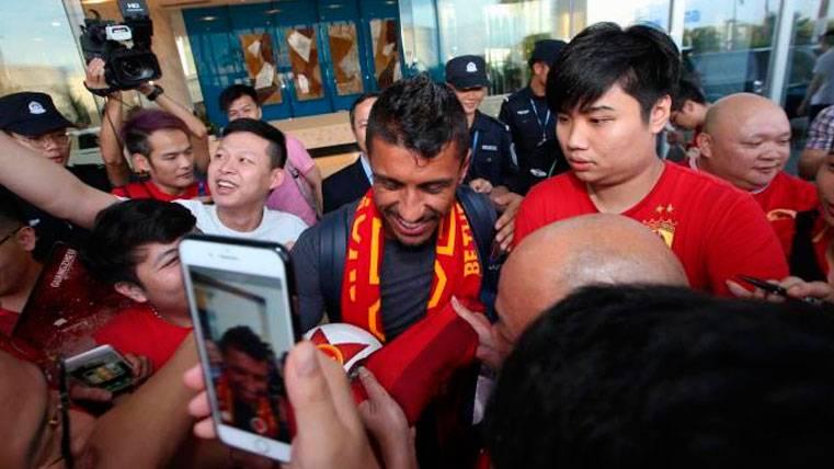 Paulinho llega a China recibido como una estrella y con el mismo problema de siempre