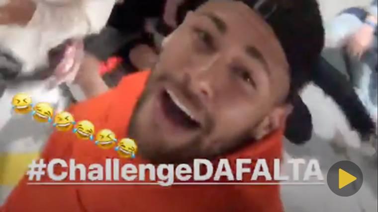 Neymar se ríe de sus propias caídas y practica el 'Neymar Challenge'