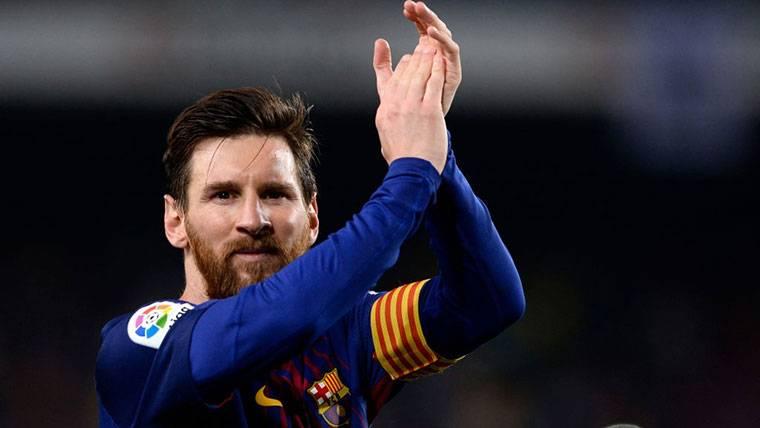 Leo Messi, aplaudiendo tras un partido con el FC Barcelona