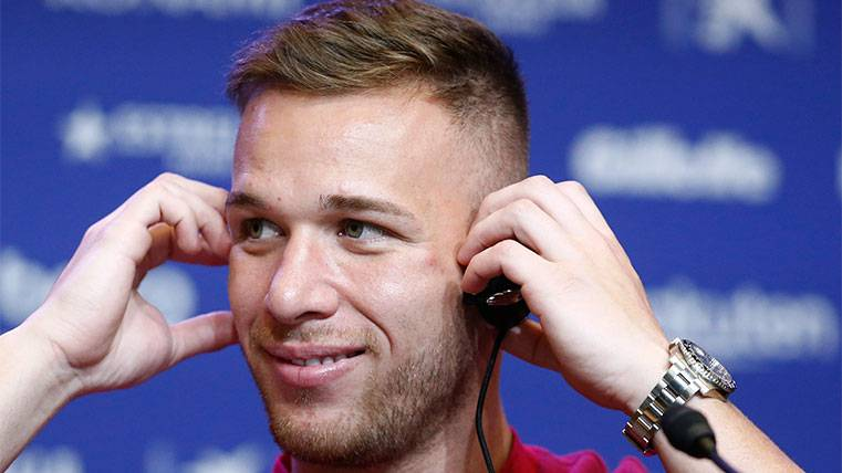 Arthur en su primera rueda de prensa con el FC Barcelona