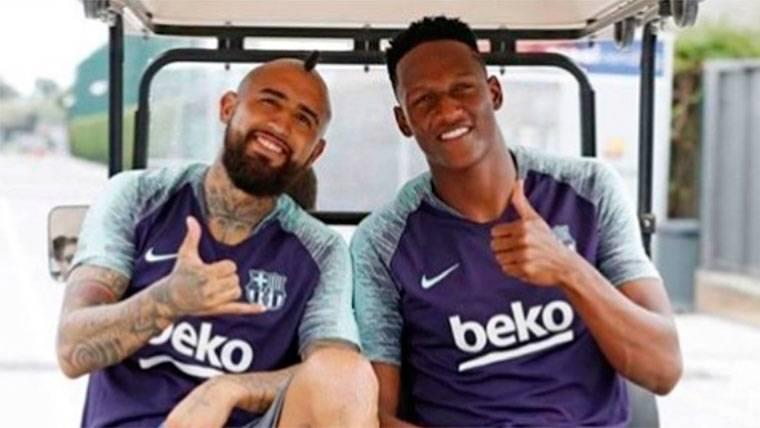 La original bienvenida de Yerry Mina a Arturo Vidal en el Barça