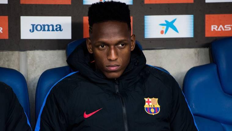 Yerry Mina, sentado en el banquillo del Barcelona