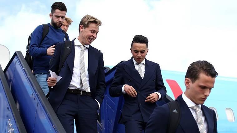 Frenkie De Jong, bajando las escaleras del avión del Ajax