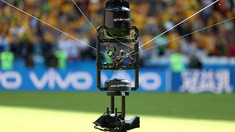 Imagen de una Spidercam durante un partido de fútbol