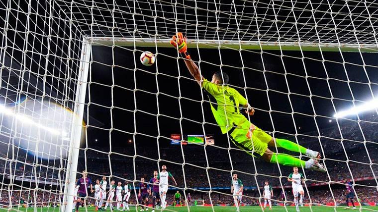 La reacción del portero del Alavés al golazo de falta de Leo Messi
