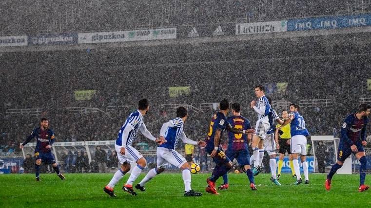 Los jugadores de Real Sociedad y Barça en su último duelo en Anoeta