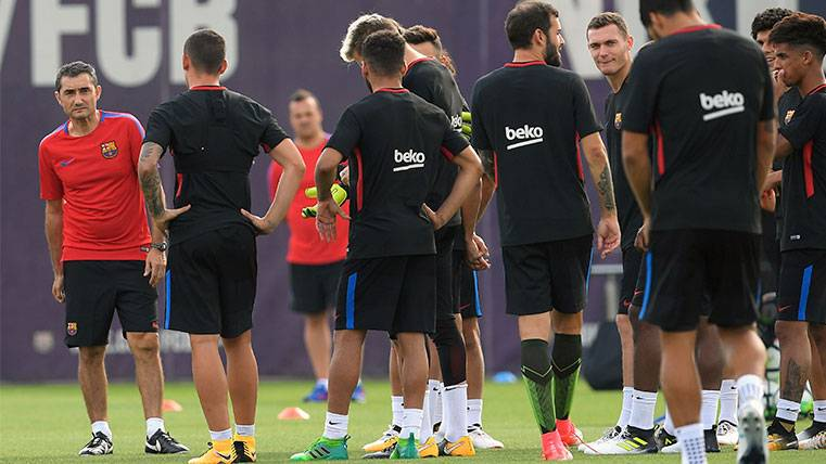 Ernesto Valverde en un entrenamiento del FC Barcelona