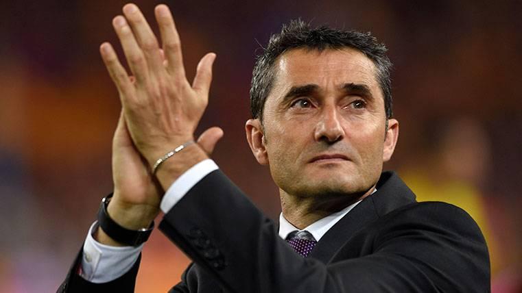 Ernesto Valverde aplaude tras una victoria del FC Barcelona