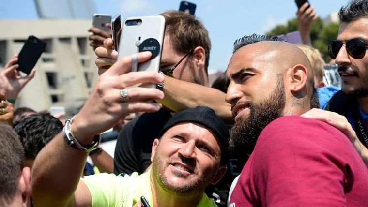 Arturo Vidal, fotografiándose con algunos seguidores del Barcelona