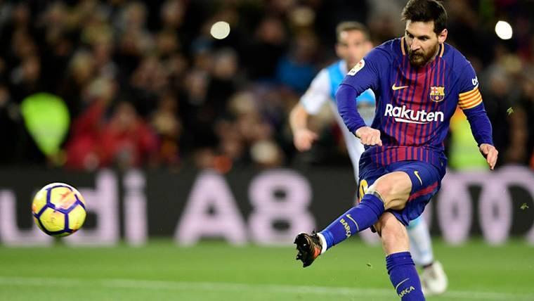 Lionel Messi, lanzando un penalti contra el Deportivo de la Coruña
