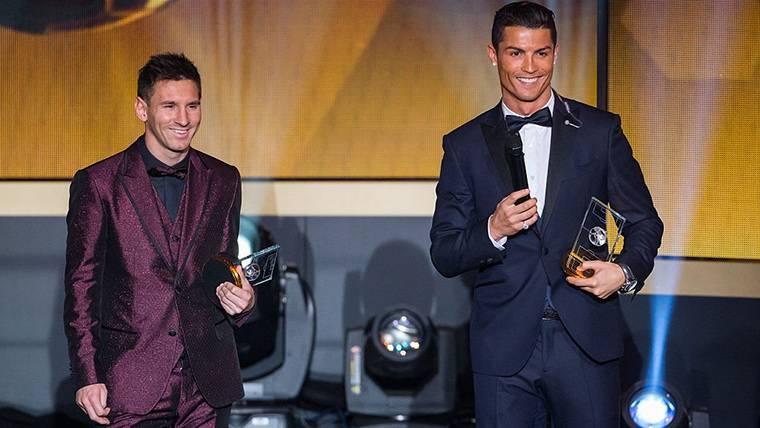 Leo Messi y Cristiano Ronaldo, posando sonrientes en una gala