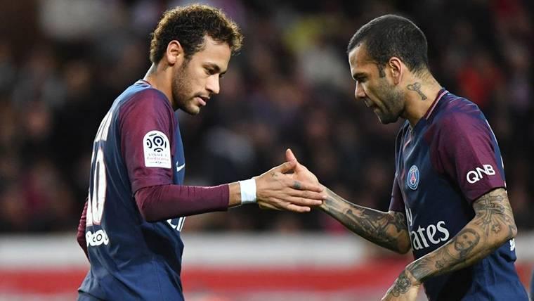Dani Alves y Neymar Jr, saludándose durante un partido con el PSG