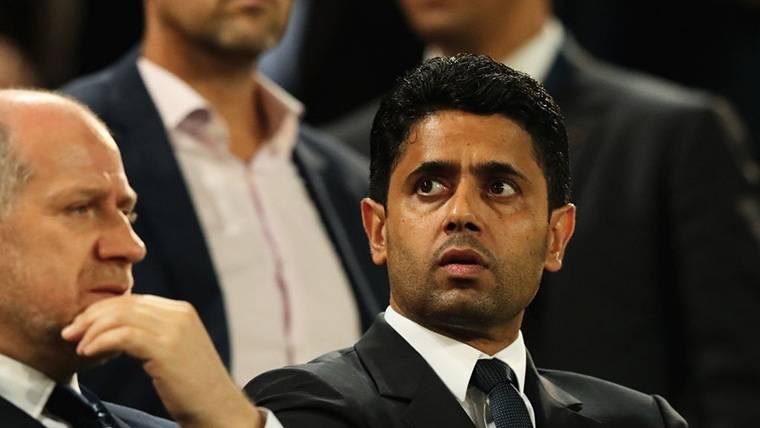 Nasser Al-Khelaifi, presenciando un partido del PSG en el palco