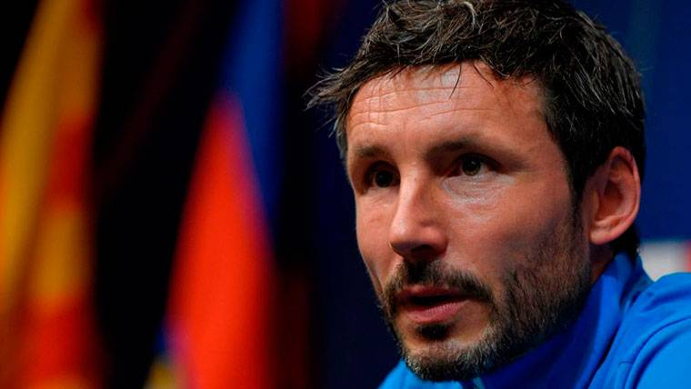 Van Bommel admite que Messi es el mejor y se niega a hablar de Iniesta