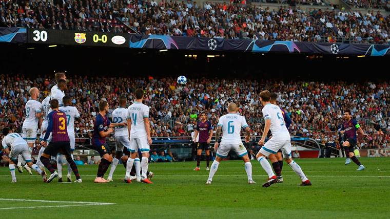 Hirving Lozano se tumbó para evitar un tiro raso de Leo Messi