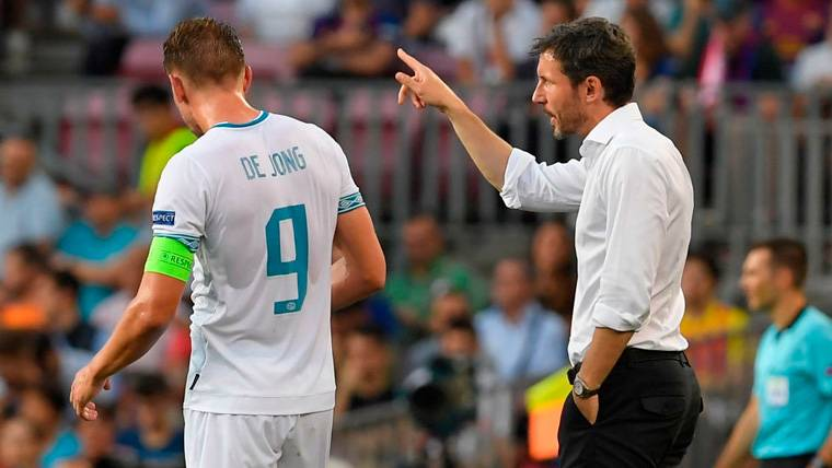 Mark van Bommel se queja, pero acaba de nuevo rendido a Leo Messi