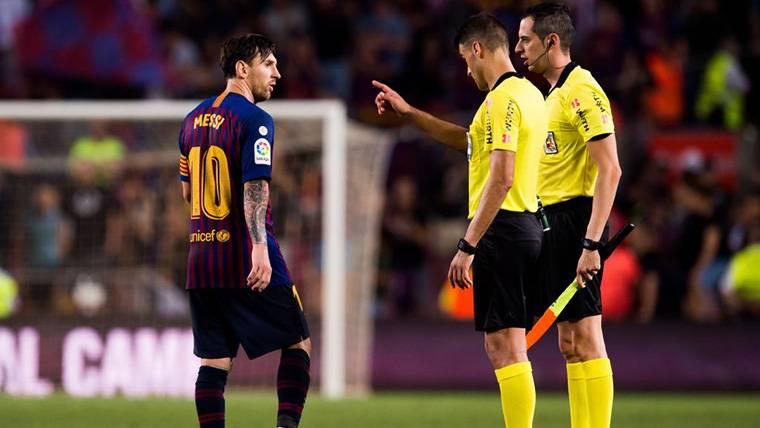 La airada reacción de Messi con el árbitro tras el Barça-Girona