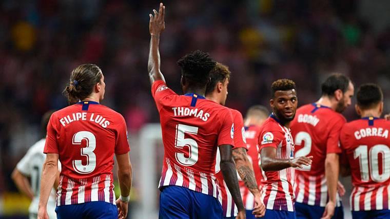 El Atlético golea al Huesca e inicia la persecución del liderato (3-0)