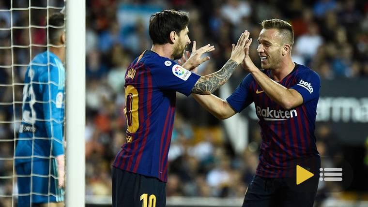 Messi, celebrando con Arthur el gol marcado al Valencia