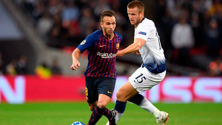 Arthur en un partido con el FC Barcelona