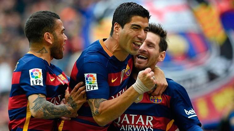 Dani Alves, Luis Suárez y Leo Messi celebran un gol del FC Barcelona