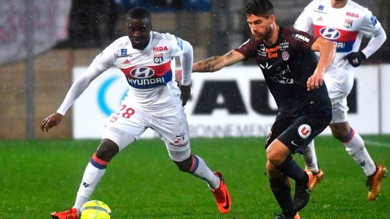 Tanguy Ndombèlé en un partido del Olympique de Lyon