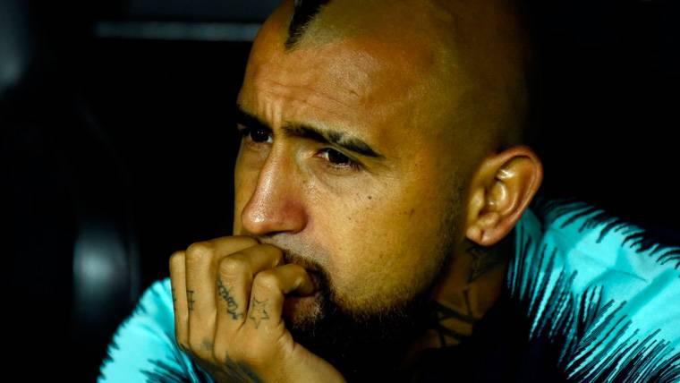 Arturo Vidal en el banquillo del FC Barcelona