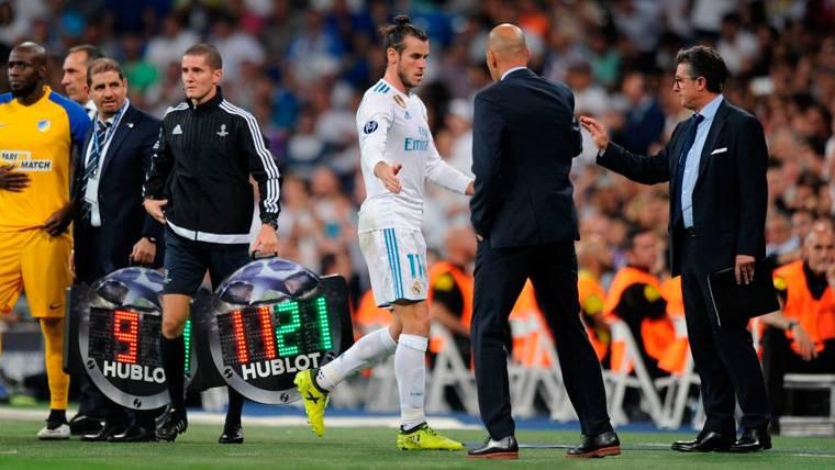 Gareth Bale y Zinedine Zidane se saludan tras una sustitución
