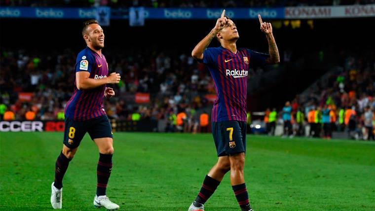 Arthur celebra con Philippe Coutinho un gol del FC Barcelona