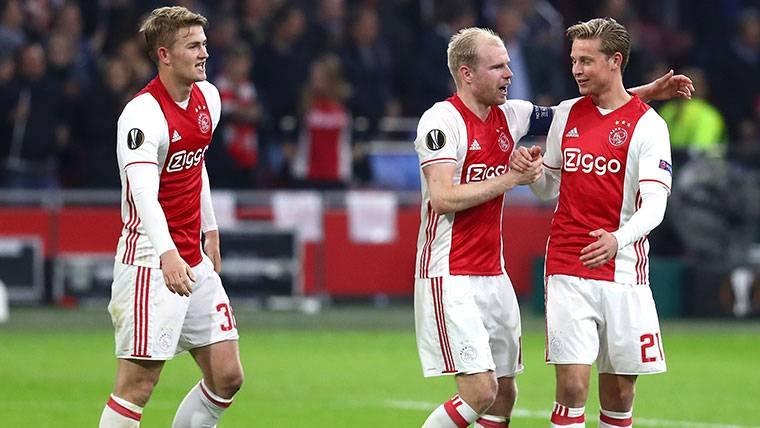 Matthijs de Ligt, Davy Klaassen y Frenkie de Jong celebran un triunfo del Ajax