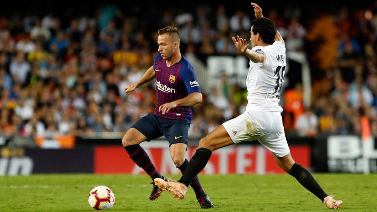 Arthur en un partido con el FC Barcelona | FCB