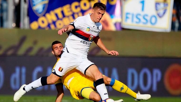 Krzysztof Piatek en un partido con el Genoa