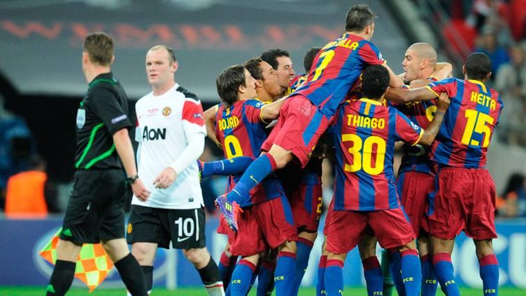 Wayne Rooney se lamenta mientras los jugadores del Barça celebran un gol