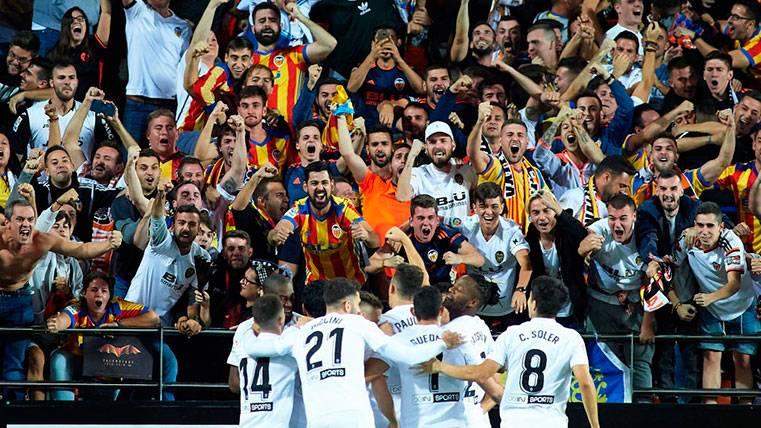 Se oyeron cánticos ofensivos contra Piqué y Shakira en Mestalla