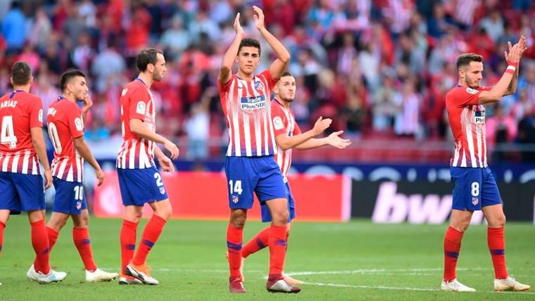 Los jugadores del Atlético de Madrid aplauden a la afición tras una victoria