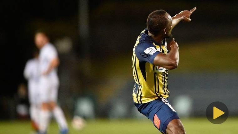 Usain Bolt celebra uno de sus primeros goles con el Central Coast Mariners