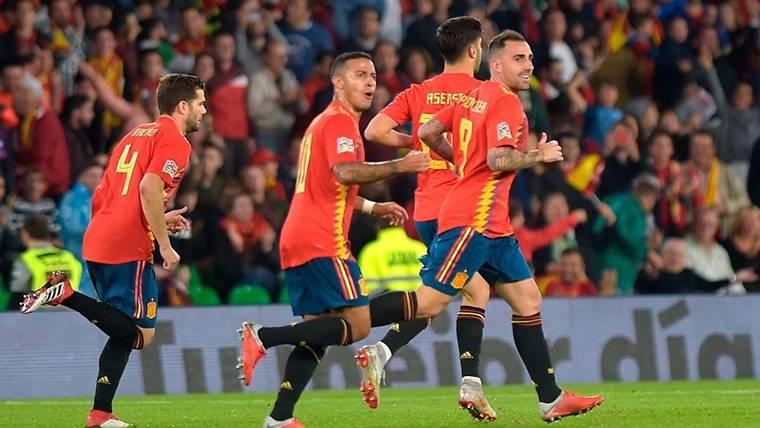 Paco Alcácer, celebrando el gol marcado con España