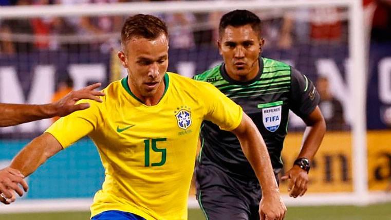 Arthur: de no ser convocado en el Mundial, a ser titular con Brasil