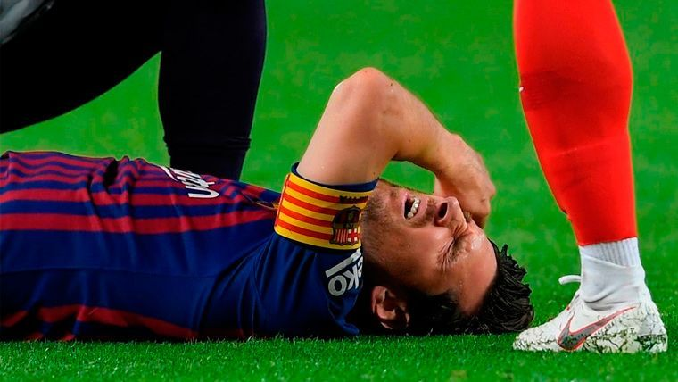 Leo Messi se duele de una lesión durante el FC Barcelona-Sevilla