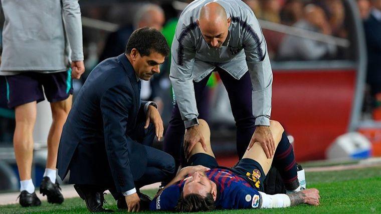 Leo Messi, estirado sobre el césped del Camp Nou