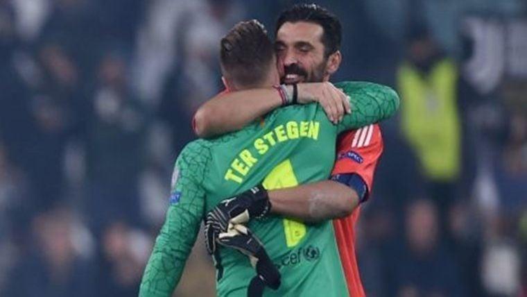 Gianluigi Buffon y Ter Stegen, dándose un abrazo tras un partido