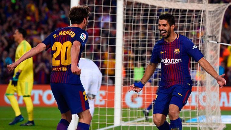 Sergi Roberto y Luis Suárez celebran un gol en el Clásico