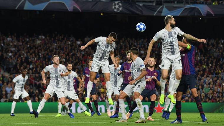 El FC Barcelona, defendiendo una jugada contra el Inter de Milán