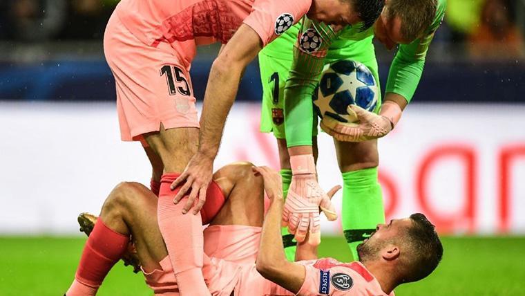 Jordi Alba, doliéndose del gemelo tras recibir un golpe