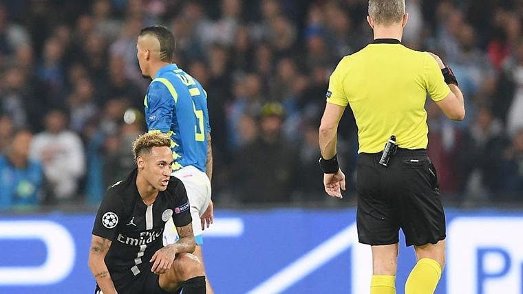 Neymar Jr, junto a Bjorn Kuipers tras una acción del Nápoles-PSG