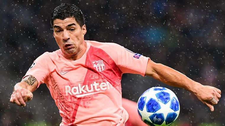 Luis Suárez, luchando por un balón contra el Inter de Milán